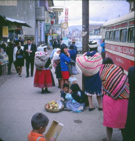 Färgglatt busstopp i centrum, Huancayo (1969)