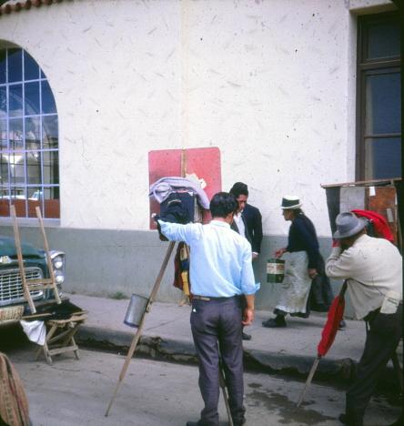 Fotografträngseln rätt utanför porten, Hotell Turista, Huancayo (1969)