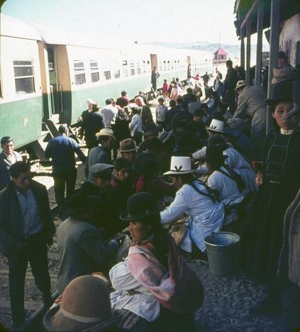 Folkmyllret på plattformen invid vårt tåg, Sicuani (1969)