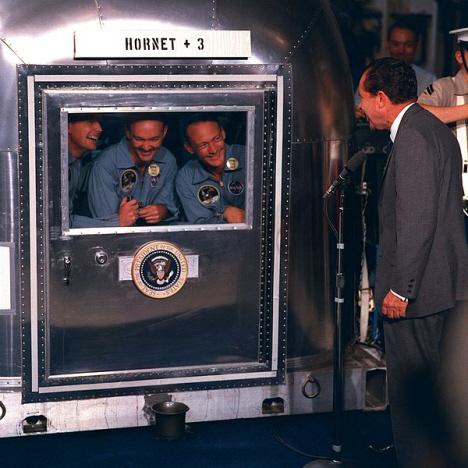 President Nixon hälsar på astronauterna i deras karantänbur på fartyget, Apollo 11, 1969 (internet)