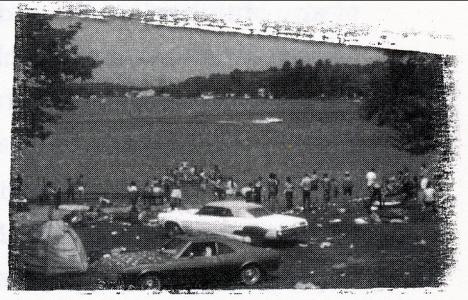 Festivalgäster med sina bilar vid Vitsjön, Vitsjö, 1969 (ur Elliots bok)