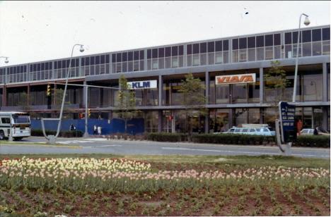 KLM:s lokaler med tulpaner framför, Kennedyflygplatsen, New York (1970)