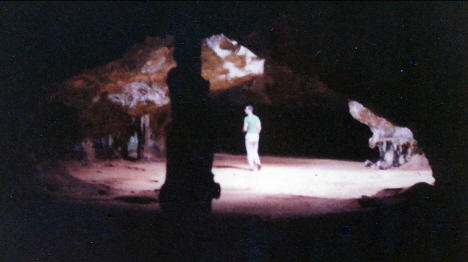 Står rätt under spruthålet inne i grottan, Aruba (1970)