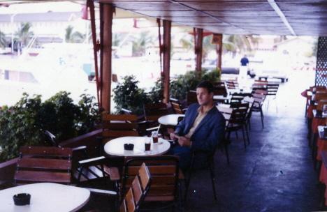 Sitter med en pepsi i baren på restaurang Bali, Oranjestad (1970)