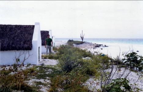 Går mellan två restaurerade slavhyddor, Bonaire (1970)