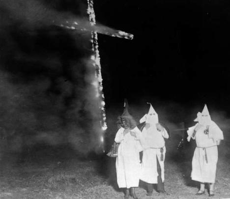 Ku Klux Klanmän bränner ett träkors (internet)