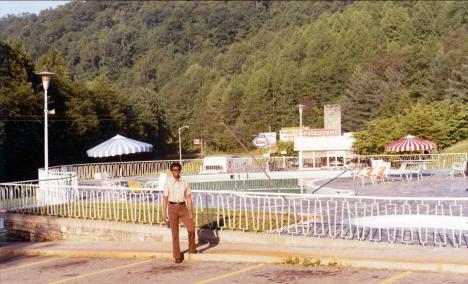 Ed framför simbassängen, Motell Gränsträdsstugan,Cherokee (1971)