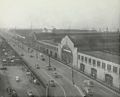 Viaduktmotorvägen framför fasaderna till hamnskjulen på pirerna därbakom, New York, 1950 (internet)