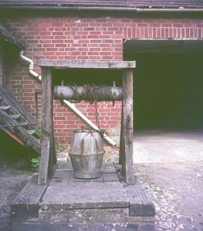 Gammal brunn med handvev, Kvarngården, Horningsham (1971)