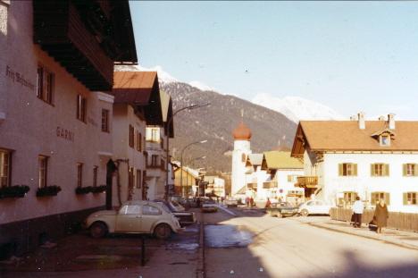 Gatubild med Eds hotell Fritz Westreichers Hus till vänster, S;t Anton (1972)
