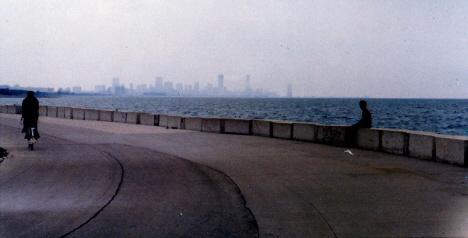 Ed betraktar staden från sjösidan intill Adlers planetarium, Chicago (1972)