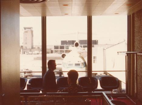 Min silhuett framför vårt lilla plan för hemresan, O'Hareflygplatsen, Chicago (1972)