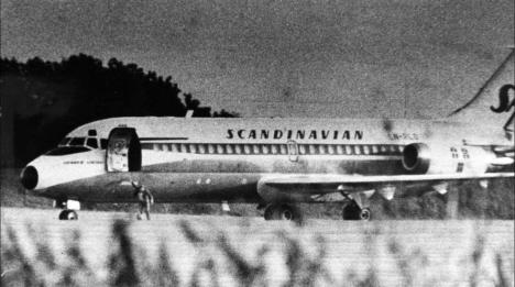 En man hoppar ut ur flygplanet för att fly, Bulltofta flygplats, Malmö, 1972 (internet)