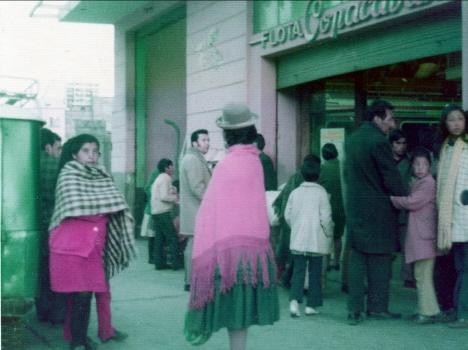 Folk utanför en gatuservering, La Paz (1973)